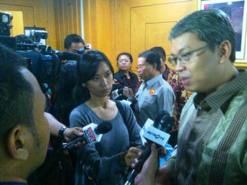Wakil Ketua DPRD DKI Jakarta, Triwisaksana saat di wawancarai media